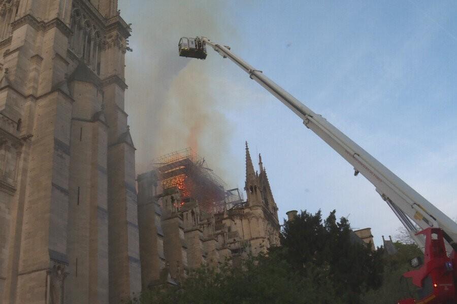 Notre Dame: Vuurzee in Parijs image
